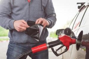 Человек расплачивается за бензин