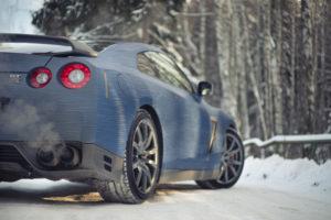 Автомобиль зимой на холостом ходу