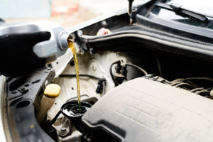 Свежее масло заливается в двигатель