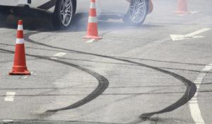 Следы шин на дороге