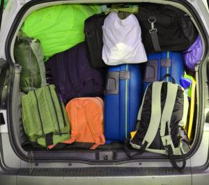 Багажник, загруженный чемоданами