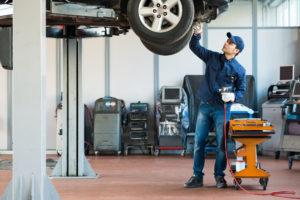 Механик в своем гараже