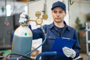 Техник проверяет бензобак
