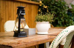 Керосиновая лампа на столе