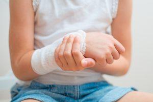Детская рука с бинтом